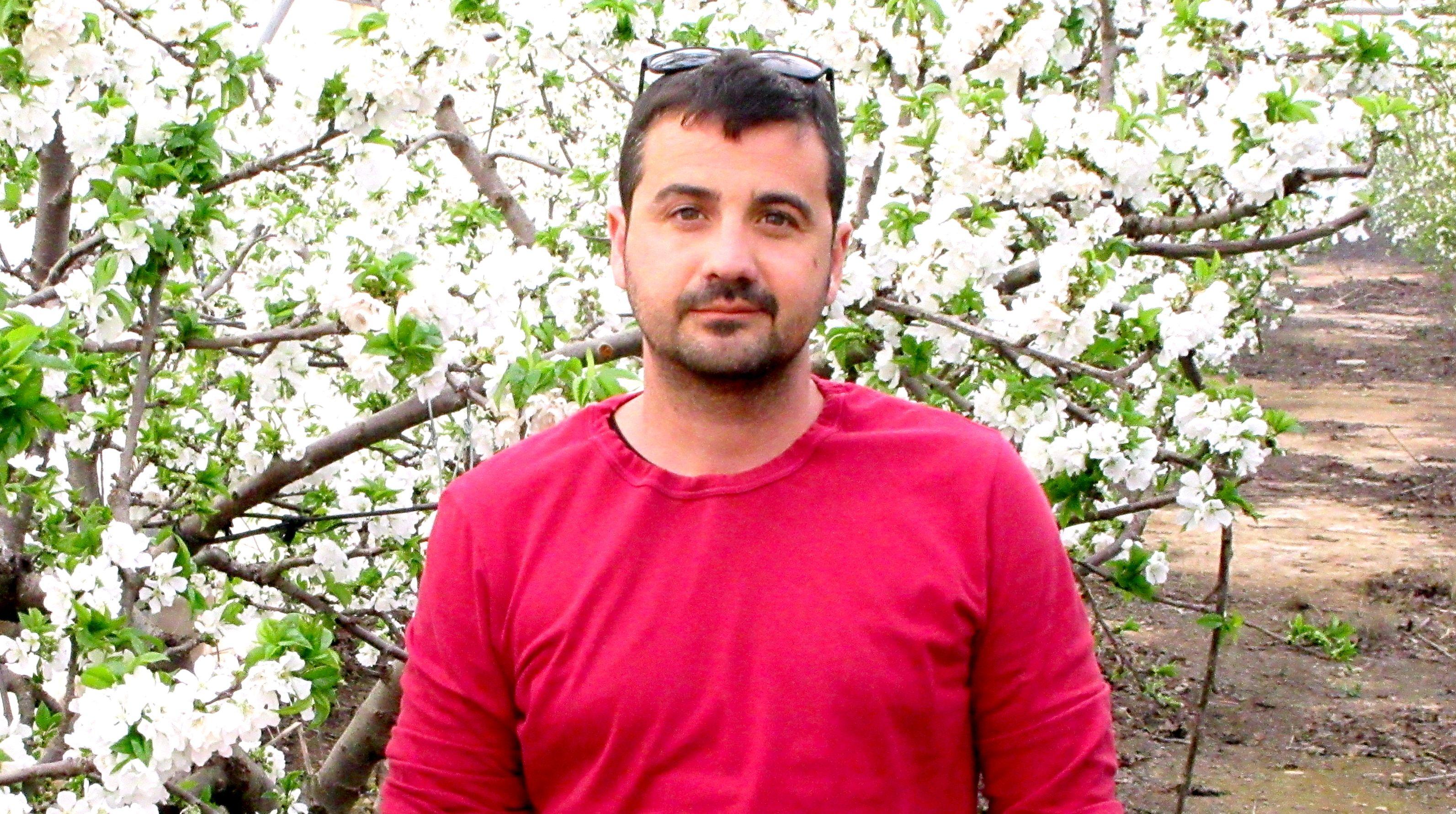 Javier consigue producir cerezas fuera de temporada